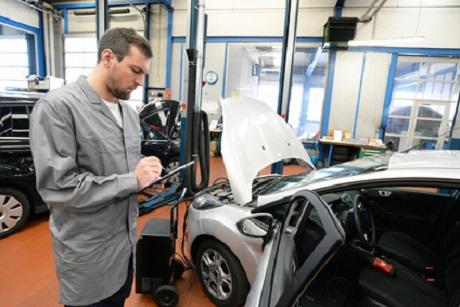 Gutachter prft Fahrzeug in Autowerkstatt - TV